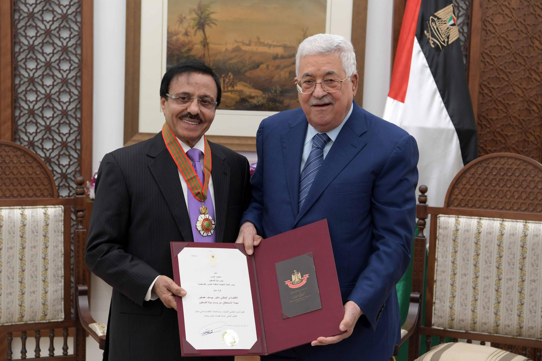 the president honors the national economic asfour the merit star from the medal of the palestinian