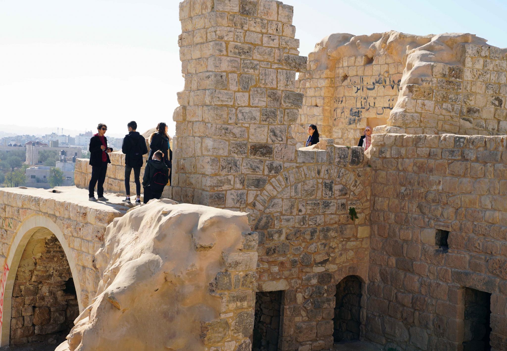 جولة طلبة العمارة الداخلية بالجامعة العربية الأمريكية في البلدة القديمة في كفر عقب