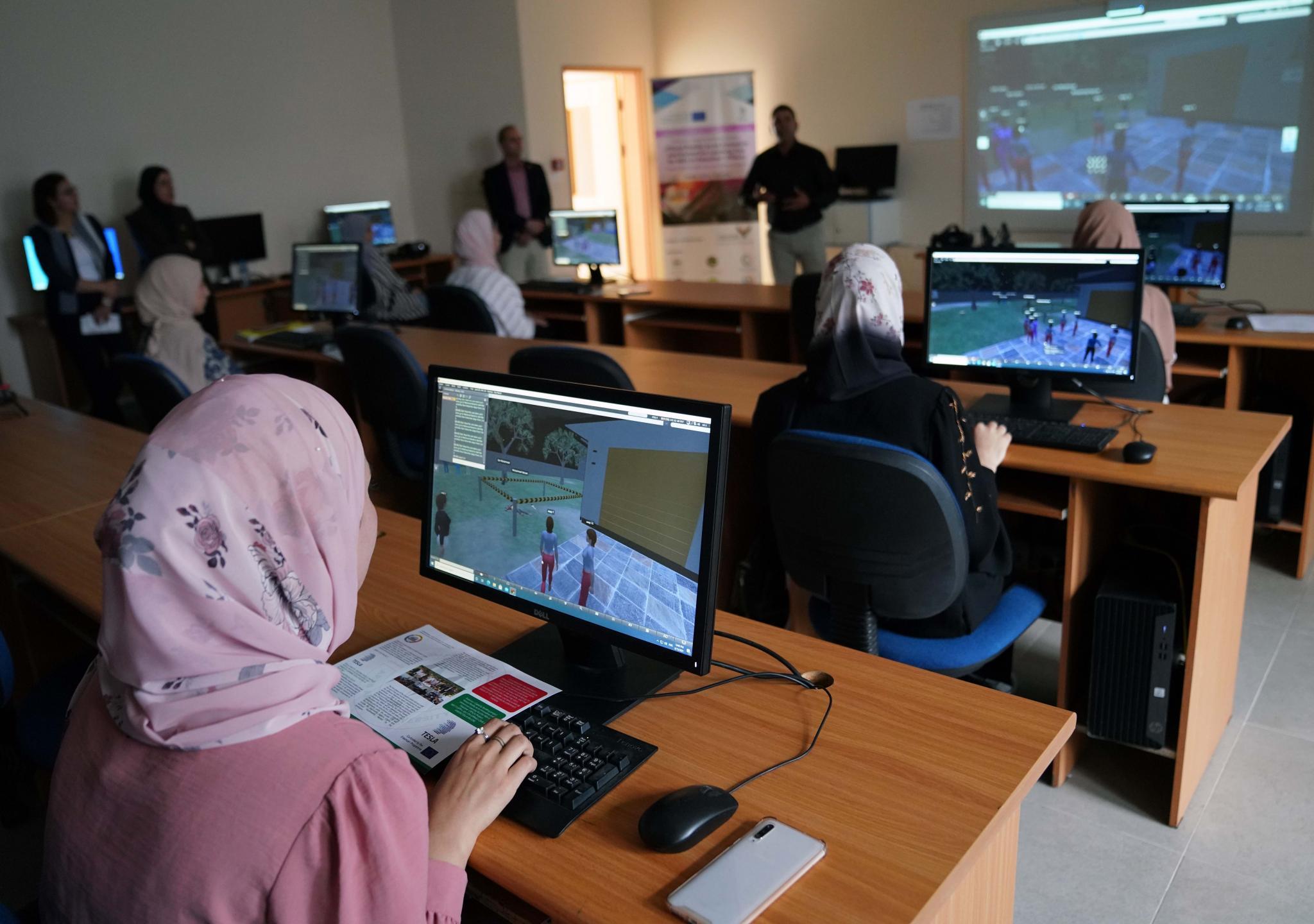 الجامعة تحتفل بافتتاح مختبر الواقع الافتراضي ضمن مشروع تسلا