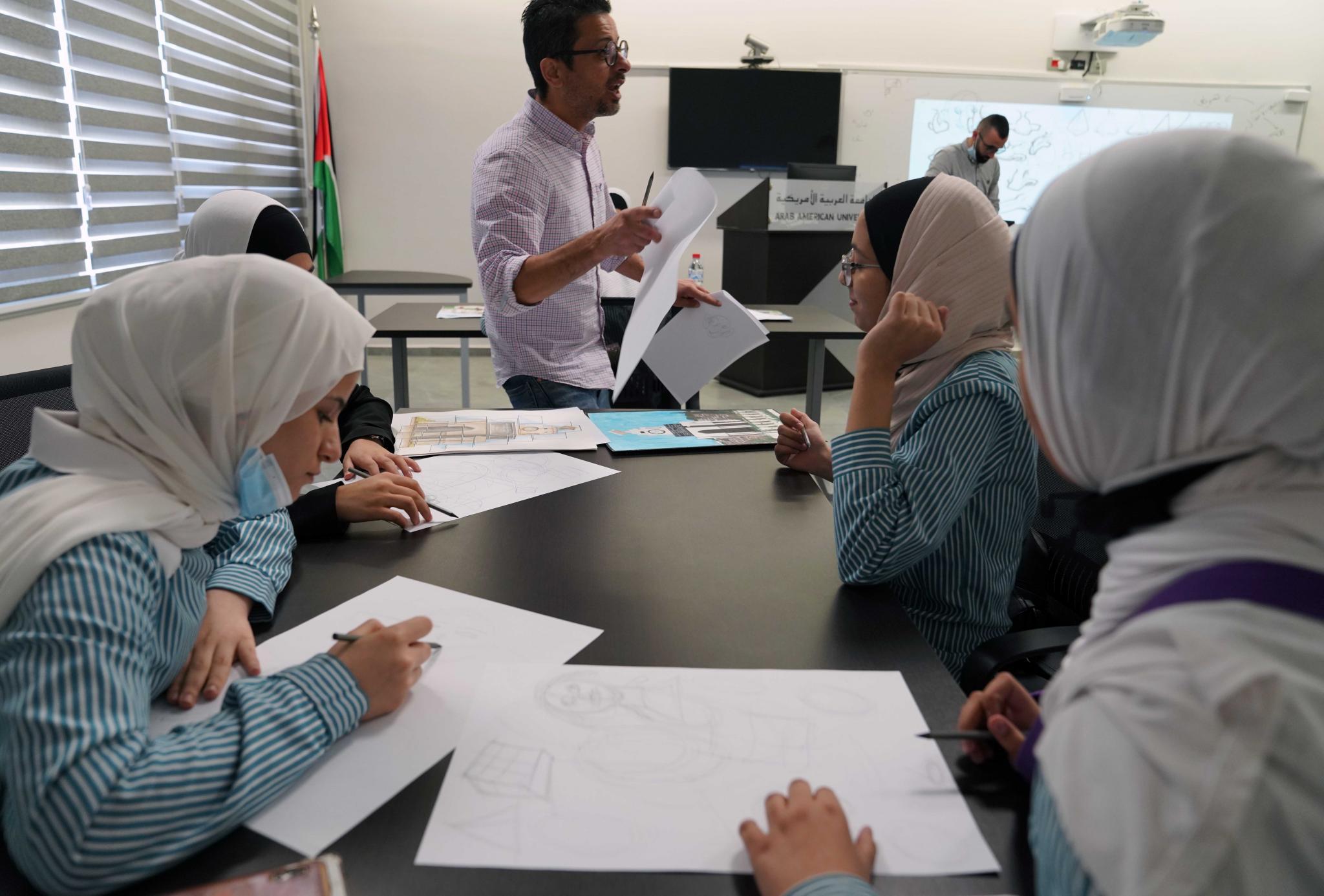 الجامعة تنظم ورشتا عمل لطلبة المدارس حول القصص المصورة والكتابة الإبداعية بالشراكة مع وزارة التربية والتعليم