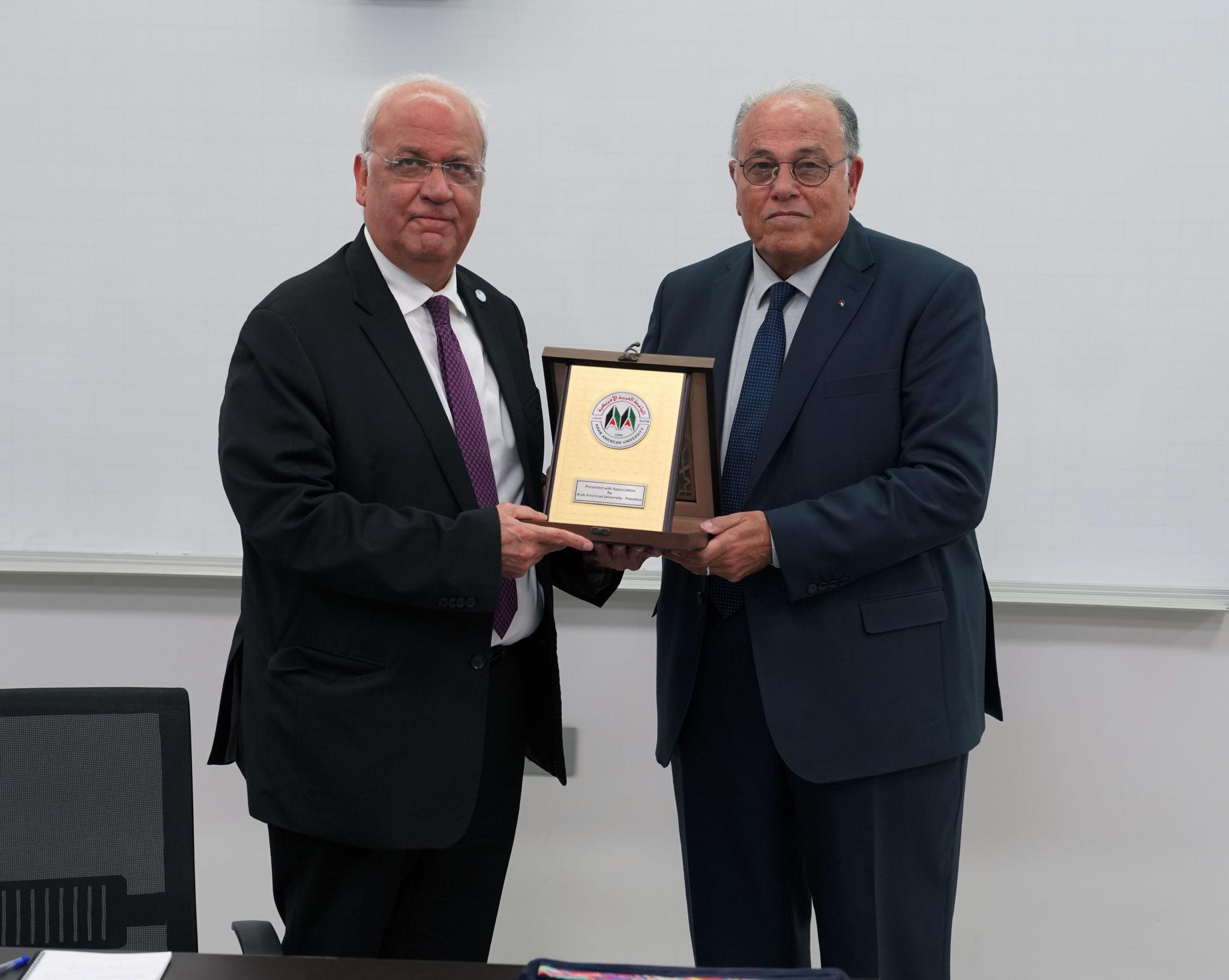 رئيس الجامعة العربية الامريكية يكرم الدكتور صائب عريقات