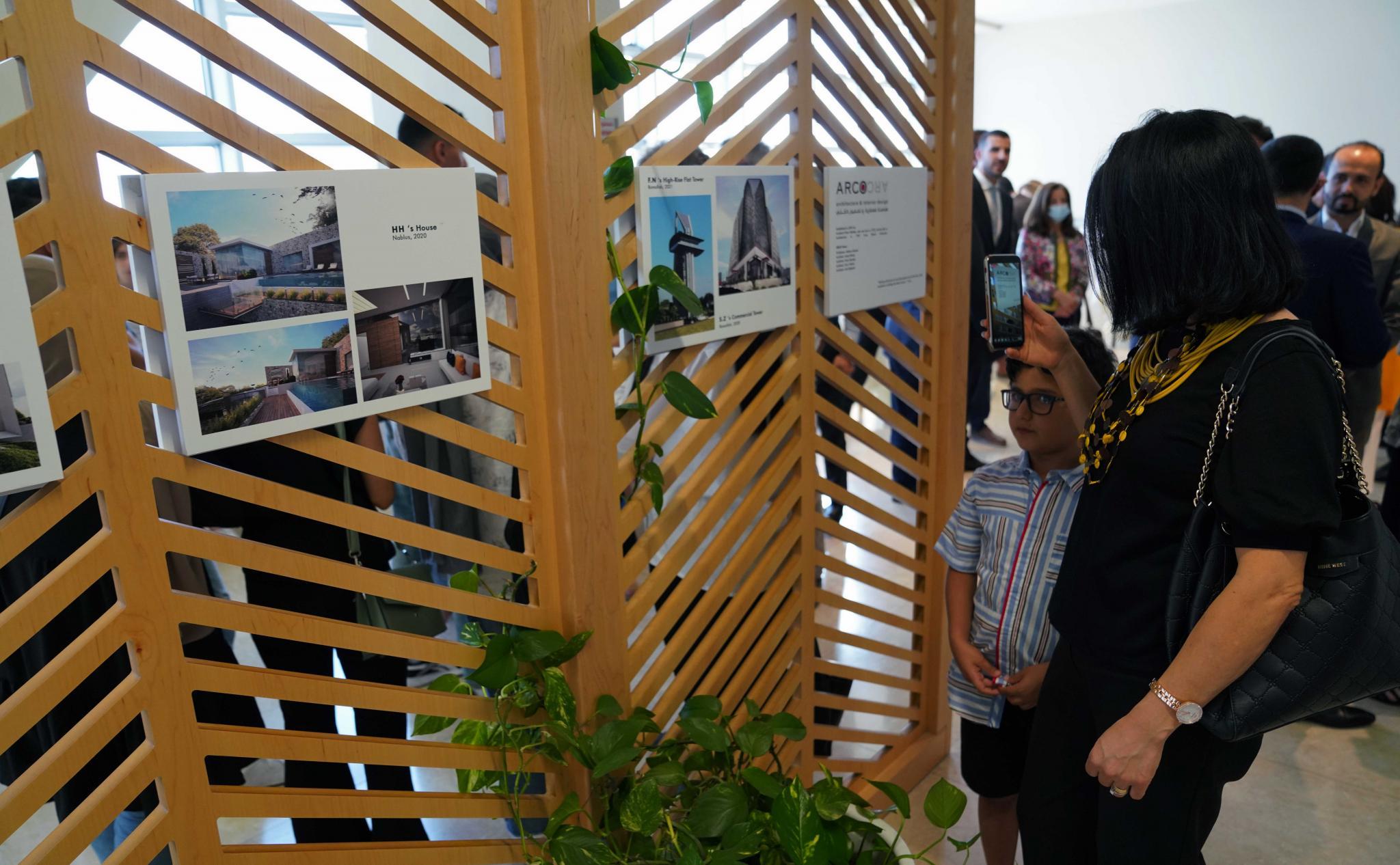 الجامعة تنظم معرض الفنانين الإيطالي فيكو ماجستريت والفلسطيني فيكتور غطاس في العمارة الداخلية
