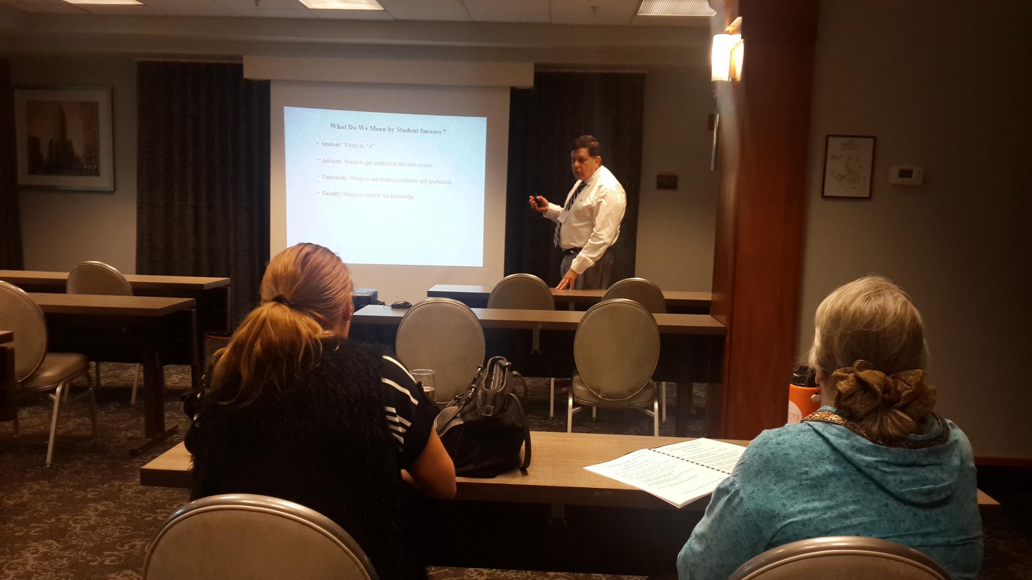 """الأستاذ الدكتور أيسر سوسان اثناء تقديم ورقة بحثية بعنوان """"التحديات التي تواجه التعليم الإلكتروني باعتبارها اتجاهات مهمة في عولمة التعليم"""""""
