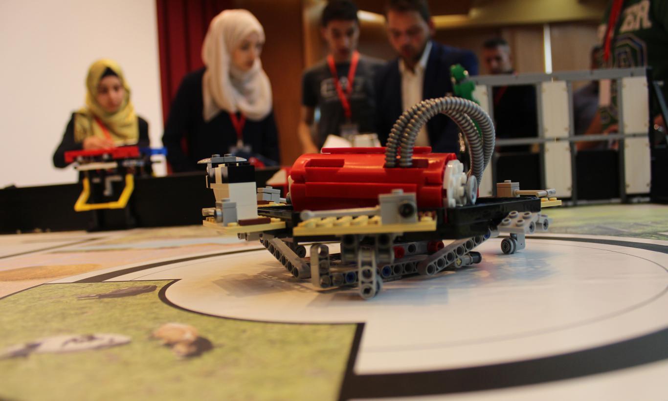 روبوت تم تركيبة من قبل الطلبة