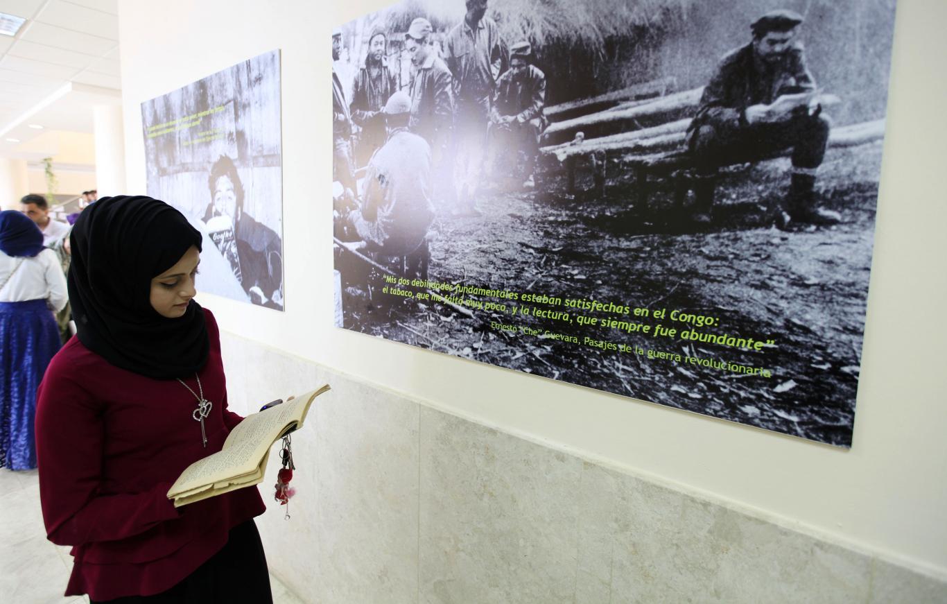 """اثناء مشاركة طلبة الجامعة في معرض""""جيفارا القارئ بلا حدود"""""""