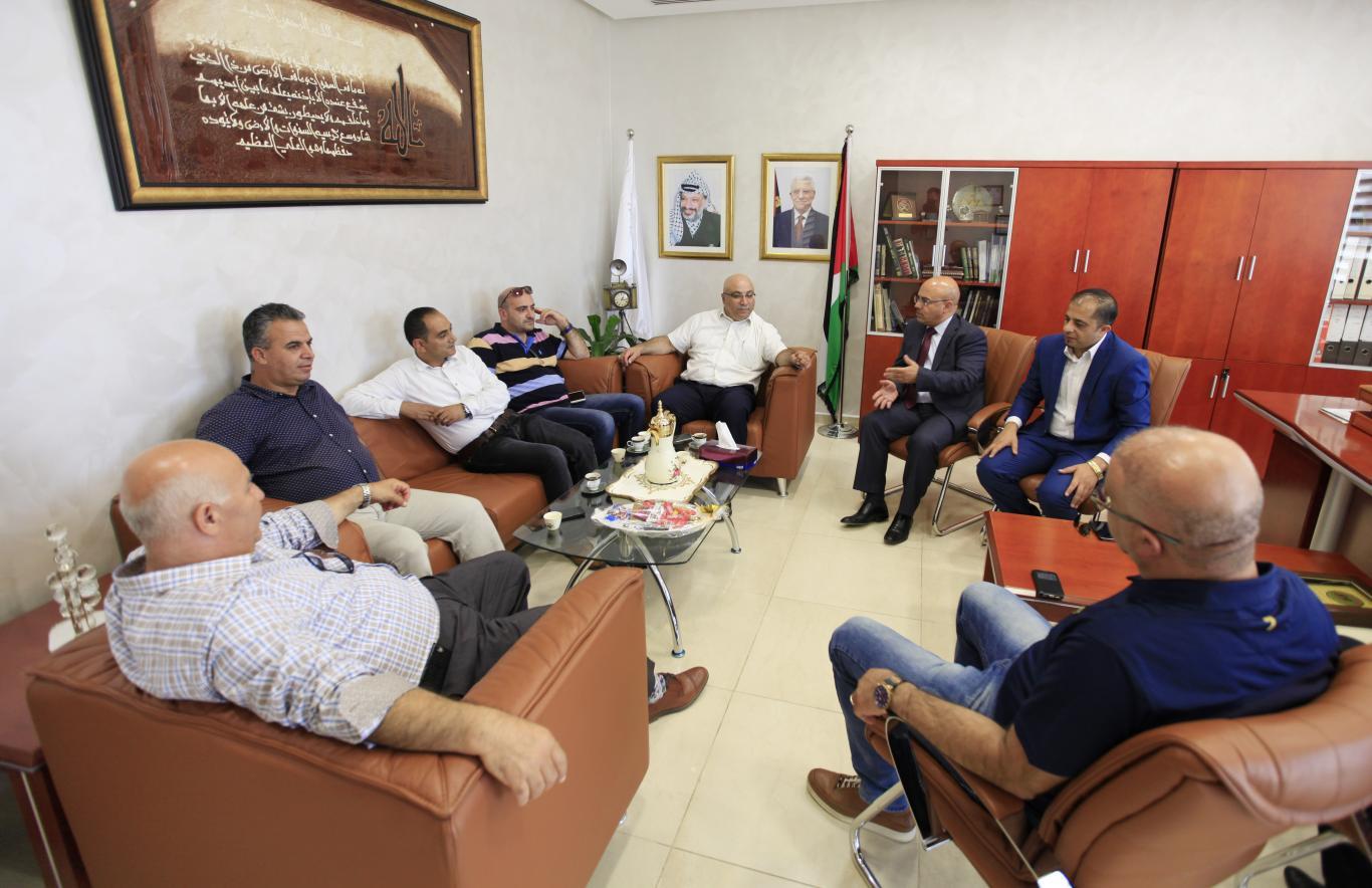 جانب من زيارة رئيس الاتحاد الفلسطيني لكرة السلة ومجموعة من أعضاء الاتحاد للجامعة