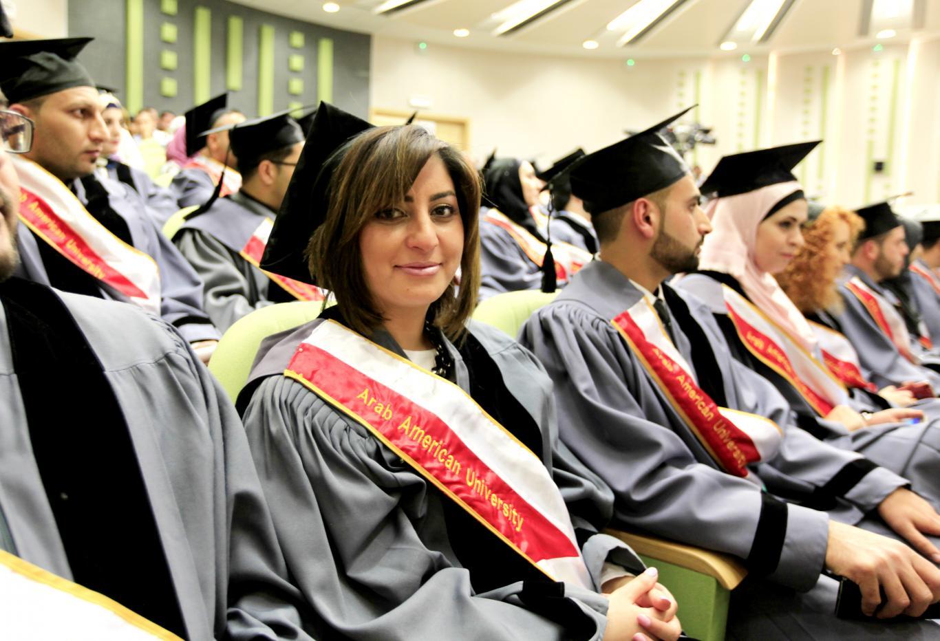 طلبة الدراسات العليا في برامج التخطيط الاستراتيجي وتجنيد الأموال، وحل الصراعات والتنمية، والقانون التجاري، وعلم الحاسوب،