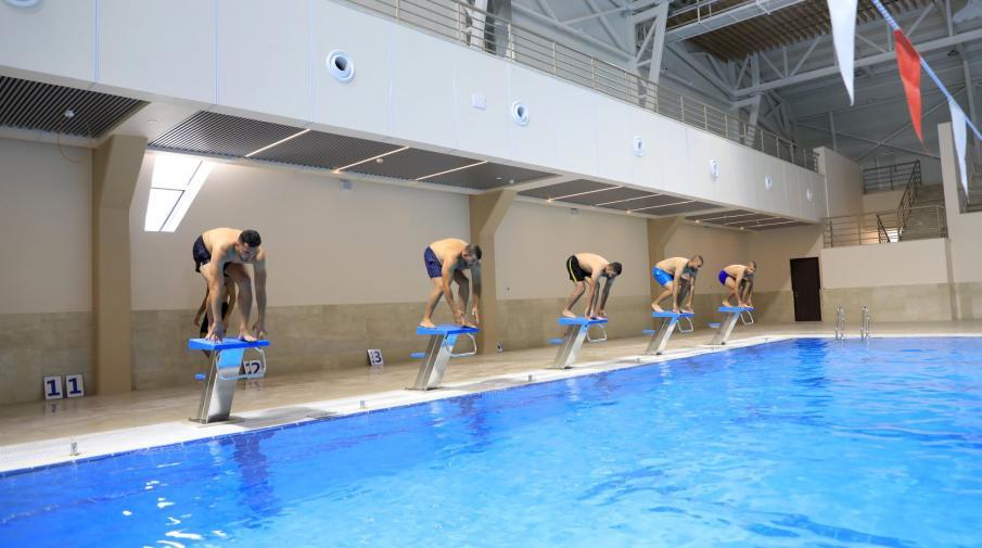 الاعلان عن دورة سباحة في المسبح نصف الأولمبي في الجامعة