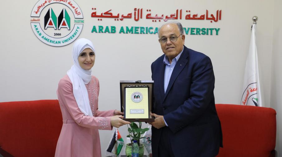 رئيس الجامعة يكرم الطالبة غدير خليل الفائزة بالمركز الاول في المسابقة الوطنية