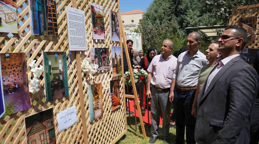 طالبتان من قسم اللغة العربية والإعلام تنظمان معرضا للصور