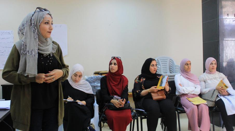 طلبة الجامعة يناقشون مجموعة من عروض مشروع