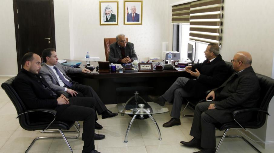 بحث تطوير التعاون مع البنك الوطني