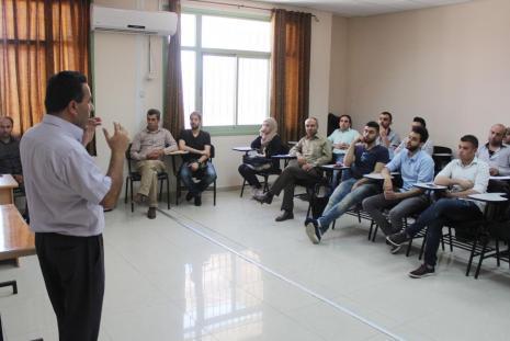 خلال القاءا التعريفي بالمنح الدراسية المقدمة لطلبة الدراسات العليا