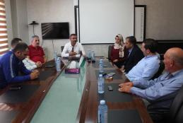 جانب من زيارة وفد من الاتحاد الفلسطيني لكرة القدم للجامعة