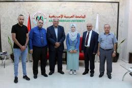 الأستاذ الدكتور علي زيدان أبو زهري يقدم منحة دراسية كاملة للطالبة بثينة غنام الأولى على مستوى فلسطين في الفرع الادبي