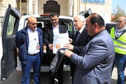 Handing the donation to the emergency committee in Jenin