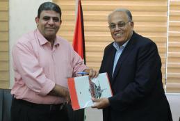 رئيس الجامعة الأستاذ الدكتور علي زيدان أبو زهري، وممثل عن جمعية الهلال الأحمر مدير مركزها في طوباس نضال عودة
