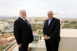 رئيس الجامعة الأستاذ الدكتور علي زيدان أبو زهري، يستقبل رئيس الموارد البشرية في شركة اتحاد المقاولين العالمية CCC السيد سهيل الصباغ