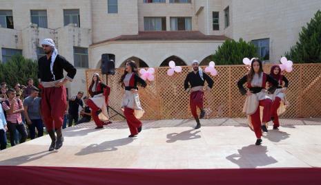 عمادة شؤون الطلبة في الجامعة تنظم نشاطا فنيا وثقافيا