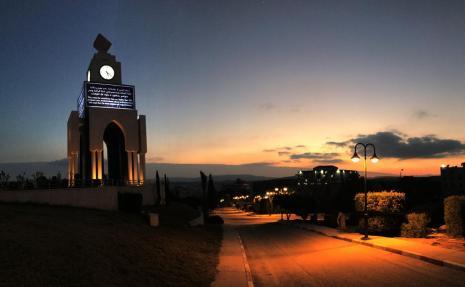 صورة للجامعة ليلا