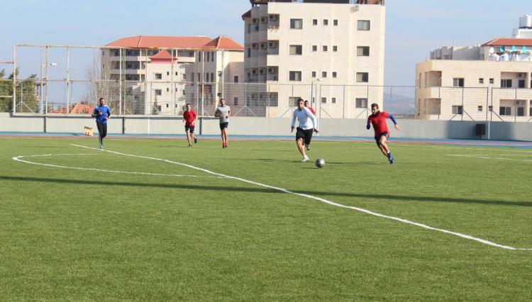 جانب من المباريات في بطولة الجامعة لسباعيات كرة القدم