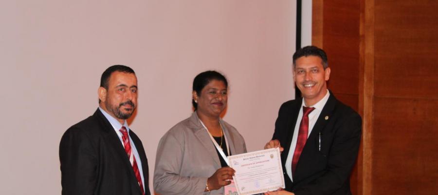 الأستاذ الدكتور محمد آسيا يكرم الباحثين المشاركين في جلسات اليوم الثاني.